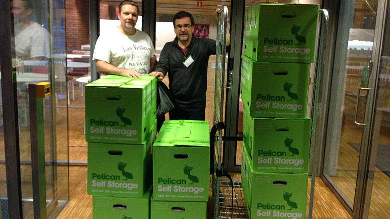 Jukka Rahkonen ja Pasi Turunen toimittivat paperilla annetut kannatusilmoitukset Väestörekisterikeskukseen tarkistettavaksi. Kuva VRK:n aulasta.