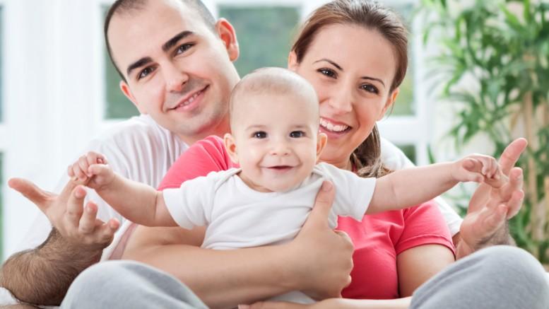 Avioliiton julkinen merkitys instituutiona on liittää mies ja nainen yhteen puolisoina, jotta heidän lapsillaan olisi oma isä ja äiti. Lähtökohtaisesti jokaisella lapsella on loukkaamaton luonnollinen oikeus omaan isään ja äitiin. Silloin kun tämä oikeus olosuhteista johtuen ei voi toteutua tulee adoptiossa lapselle taata korvaava kokemus isästä ja äidistä.